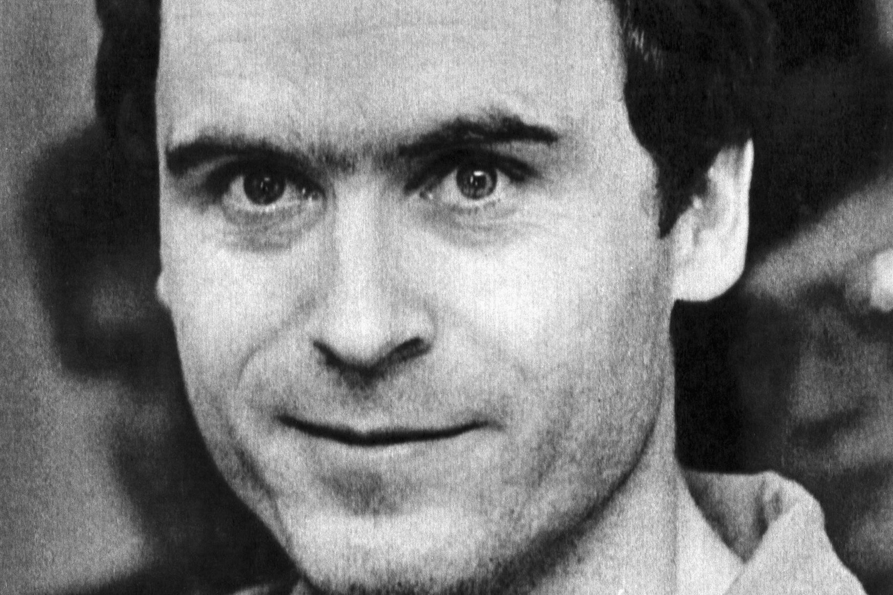 Biografie Jeugd Ted Bundy werd geboren als Theodore Robert Cowell de buitenechtelijke zoon van Eleanor Louise Cowell 19242012 in het Elizabeth Lund Home for